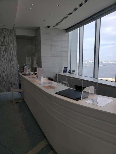 フロントカウンターには飛沫防止パネルを設置しております。