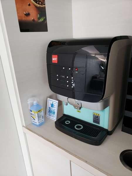 コーヒーマシーン(無料サービス)の横には消毒液を設置しております。