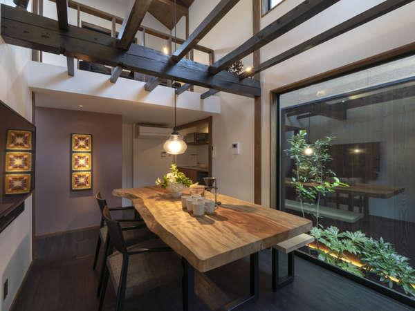 吹き抜けの木組みが印象的なリビング。大きな窓から望める坪庭は自然の中にいるかのように癒してくれます。