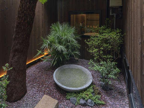 「シダ」などの洋風の植物と石盤などによる和と洋の融合された庭。自然の力が心に潤いを与えてくれます。