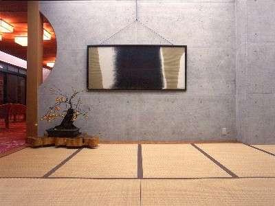 玄関正面の川を表す抽象画