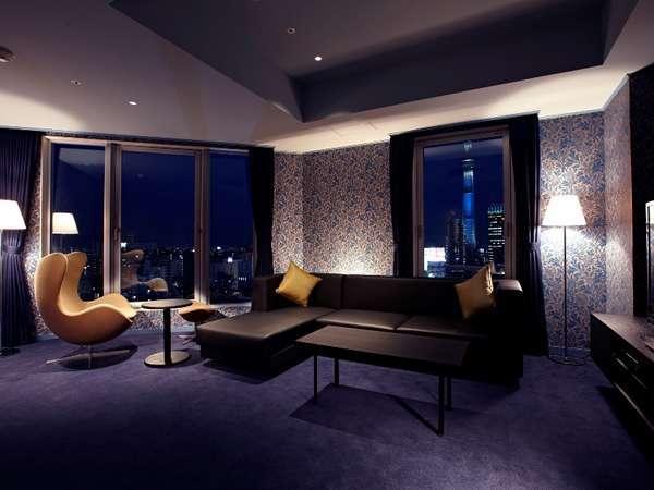 Suite ザ・ゲート(58㎡)~客室イメージ~そびえ立つ東京スカイツリー(R)と眼下に広がる浅草の町並み。