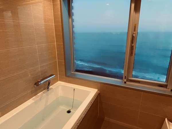 【バスルーム】夕暮れの日が沈みゆく様子を眺めつつ、ゆったりとバスタイムを