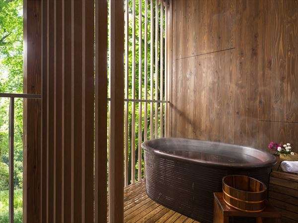 【客室イメージ】森に面したテラスに置かれた露天風呂。同時に森林浴も楽しめるような贅沢な気分に