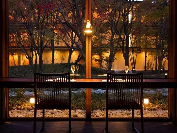 【食事処】カウンター席では中庭の四季折々の景色を眺めながらお食事をお楽しみいただけます。