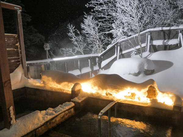 温泉は源泉掛け流し。雪の中の露天風呂
