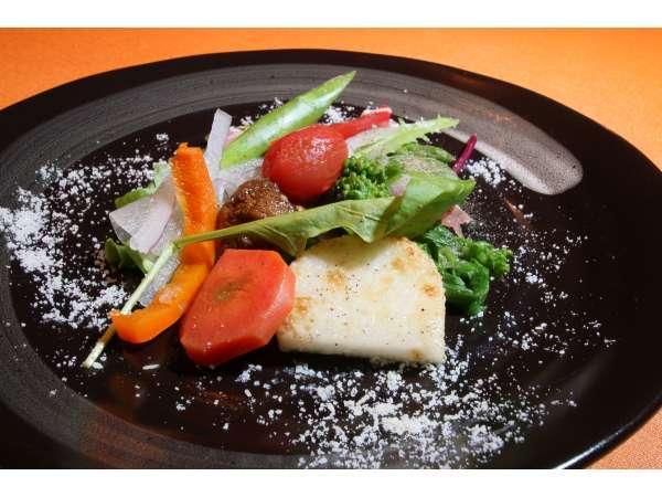 富良野近郊の新鮮な野菜を使った前菜。シンプルな味付けで野菜本来のおいしさを感じて頂けます。