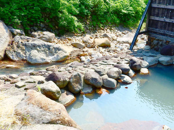 *【露天風呂】川のせせらぎに耳を傾け、大自然に囲まれながらゆったり過ごすひとときを。