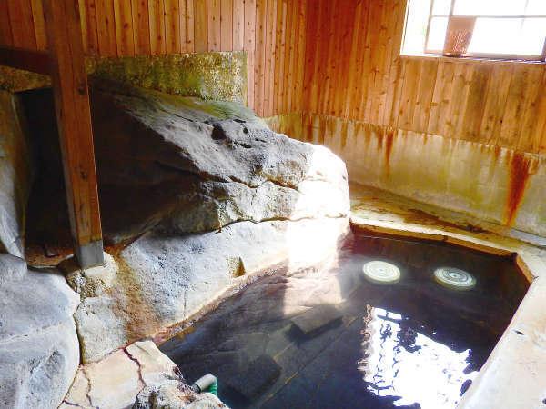 *【石の湯】足元湧出の単純硫黄泉。これぞ温泉!といった硫黄の香りに包まれます。