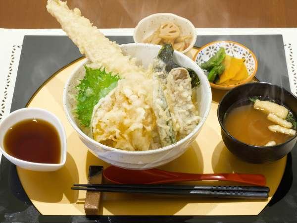 夕食の一例。あなご天丼です。豪快な一品をぜひご賞味くださいませ。