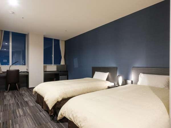 スタイリッシュな青い壁紙が印象的なツインルーム。関西国際空港も近くビジネスやご旅行に最適!