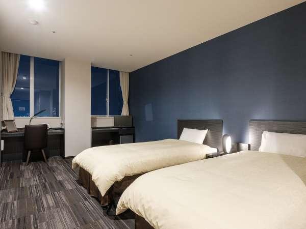 ツインルームにはスタイリッシュなブルーの壁紙のお部屋も。