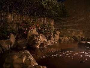 地下1300mから湧き出る天然温泉。琥珀色の高濃度源泉は、肌の新陳代謝を促進する「美肌の湯」。