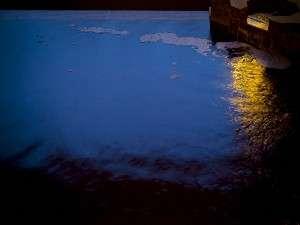内湯も広々。塩味、黄色みを帯びた透明きれいな湯量豊富な温泉