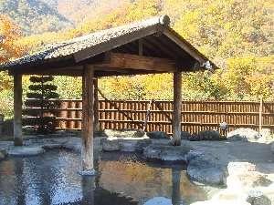 段々紅葉へ色づく大庭園露天風呂