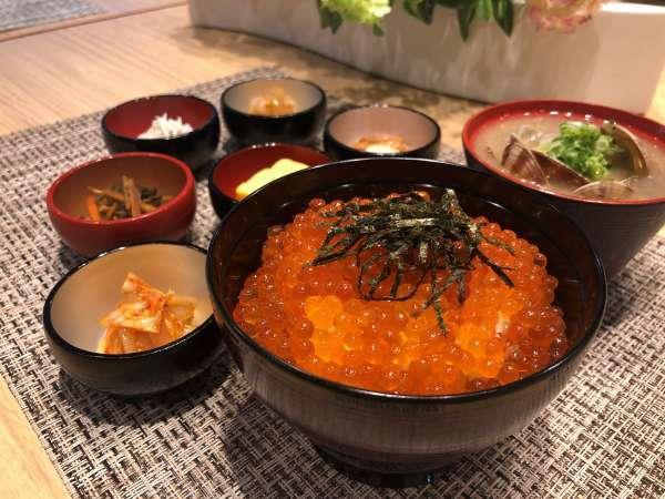 【朝食※イメージ】期間限定で「いくら丼&海鮮小鉢」を提供中!朝から贅沢気分をお楽しみください♪