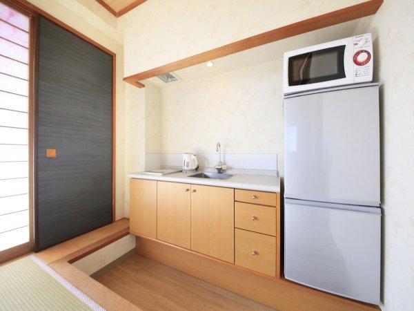 【お部屋】全室キッチン・冷蔵庫・電子レンジ完備。48平米・二間続きの和室。
