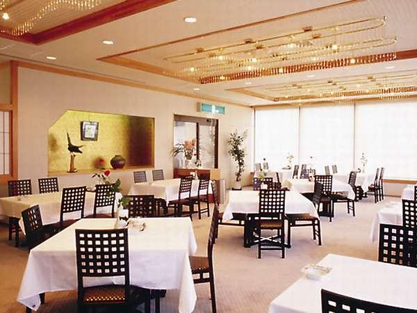 【レストラン】自然光を多く取り入れた明るいレストラン