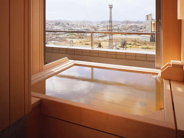 【露天風呂付き客室】天然温泉100%源泉掛け流し、総檜造りの露天風呂は24時間自由にご利用頂けます。