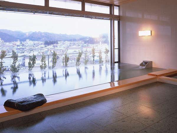 【7F 展望温泉】奥羽山脈の自然と、横手の街並みが一望できる展望風呂。