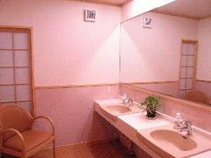ついたたずんでしまう、大きな鏡と温水もでる清潔感のある洗面所