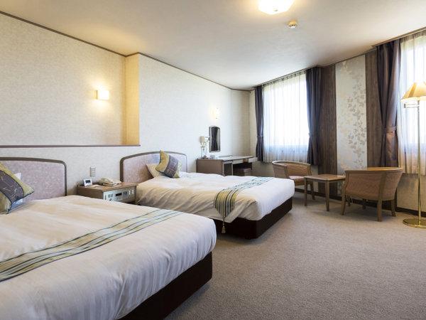 デラックスツインルームは、最大4名まで泊まれるワイドなお部屋 140cmダブルベッド×2台