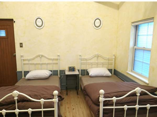 【Sタイプ S-2】ホワイトアイアンのかわいいベッドをご用意しています。
