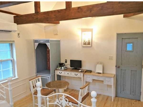 【Sタイプ S-3】室内にはアンティークフレンチ風の家具がございます。