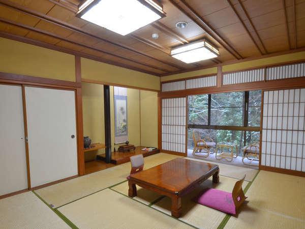 *自然と調和した広々とした和室でのんびりとお過ごしください。
