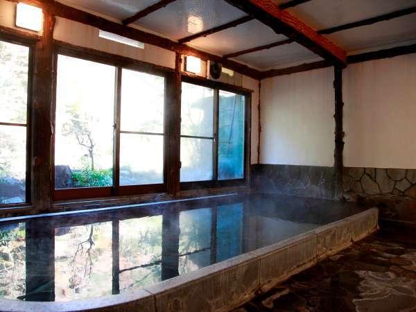 早川渓谷の自然を望む温泉大浴場「金泉の湯」
