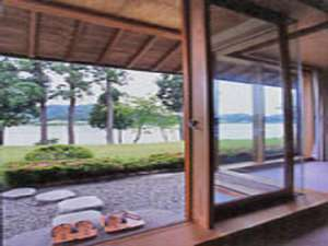 お部屋からは久美浜湾がすぐそばに望めます