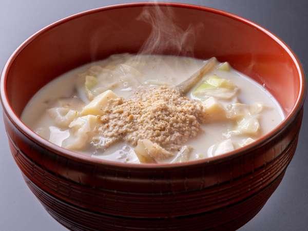 ボリュームたっぷりの具だくさんの日替り味噌スープ。