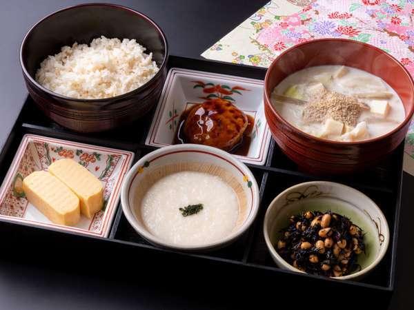 からだに美味しい日替り和定食。3種類のお惣菜で、朝からボリュームたっぷり!