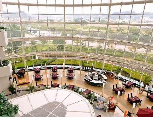 地上60mから光が降り注ぐ当ホテル自慢の巨大アトリウム内にある「デルソーレ」