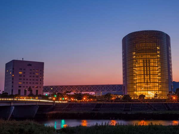 天降川のほとりに位置する当ホテルは、自然と融合したシティ&リゾートホテル