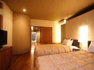 【特別室りんどう】特別室のベットルーム。和室だけでなくベットルームにも薄型テレビを完備。