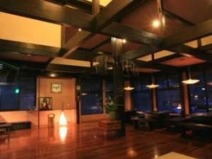 【夢龍胆ロビー】 落ち着きのある木造建築と優しい光が木のぬくもりを感じさせる空間。