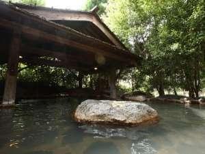 【りんどうの湯】〈露天風呂〉当館自慢の広々とした露天風呂。ホッと安らぐひとときです。