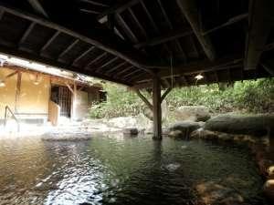 【りんどうの湯】〈露天風呂〉鳥のさえずりや川の音を聴きながら全身の力を抜いてお楽しみください。