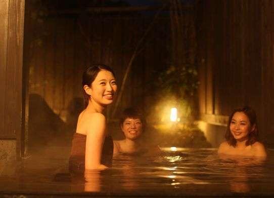 半露天の貸切風呂【ふる里】:夜風を楽しみながら、美人泉を源泉かけ流しで