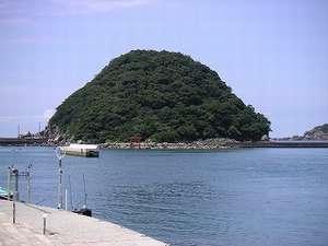すさみ海水浴場から望む稲積島。