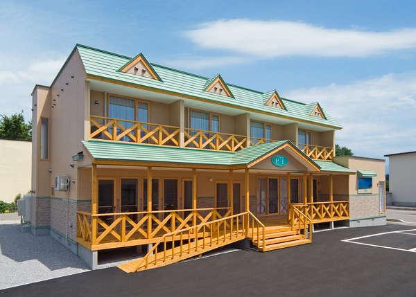ヨーロッパ風の街並みにたたずむ、小さなホテル