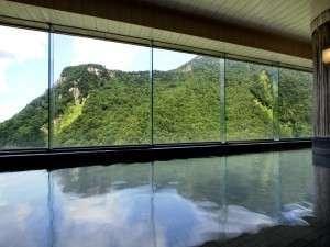 最上階大雪の湯の夏の景色。窓一面に渓谷が広がります。