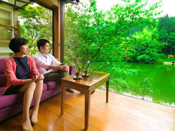 池に面した和モダン客室。窓を開けて水音と風音に耳をかたむけ、贅沢な癒時間をお過ごしください