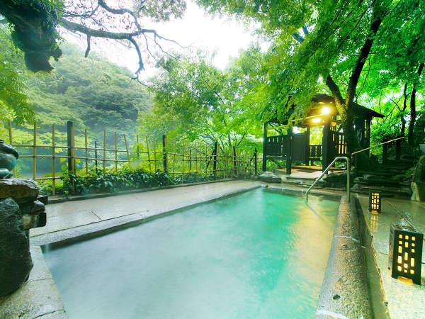 温泉ファンから愛されている自家源泉100%かけ流しの名物露天風呂。昼は湖畔の風景、夜は星空と共に―