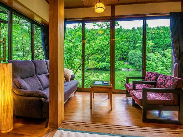 """【和モダン客室一例】窓を開ければ""""水の音""""や""""葉擦れの囁き""""が心に安らぎを与えます"""