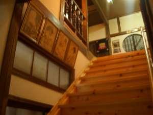 木の艶が美しくお客様を出迎えてくれる。はだしで歩きたくなってしまう階段