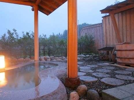 連なる山々に抱かれたような露天風呂からの眺めは朝・昼・夜で異なった趣がございます。