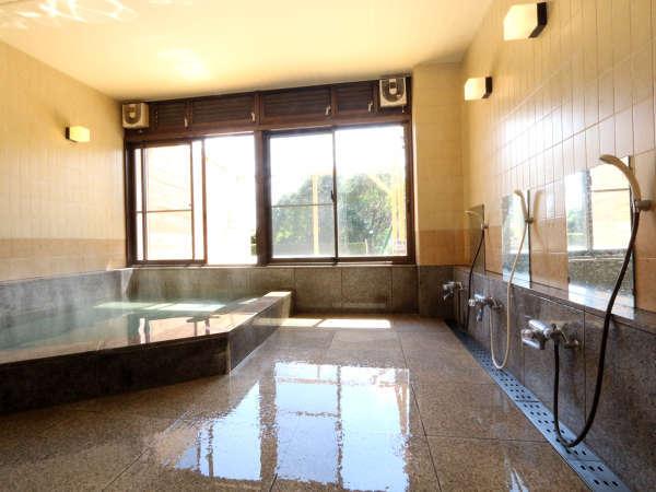温泉ではありませんが、手足をのばし、日常の疲れをお取り頂ける広々とした浴室をご用意しております。