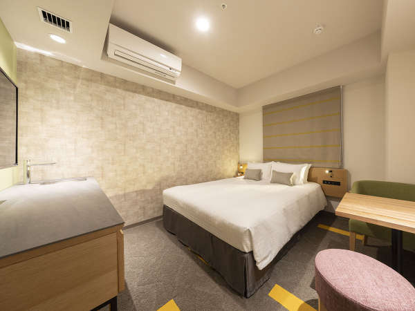 禁煙ダブルルーム。160cm幅のベッドでゆったりと贅沢に。(写真はミニキッチン付)